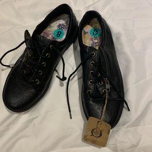 NWT black leather Born ladies tennis shoes sz8